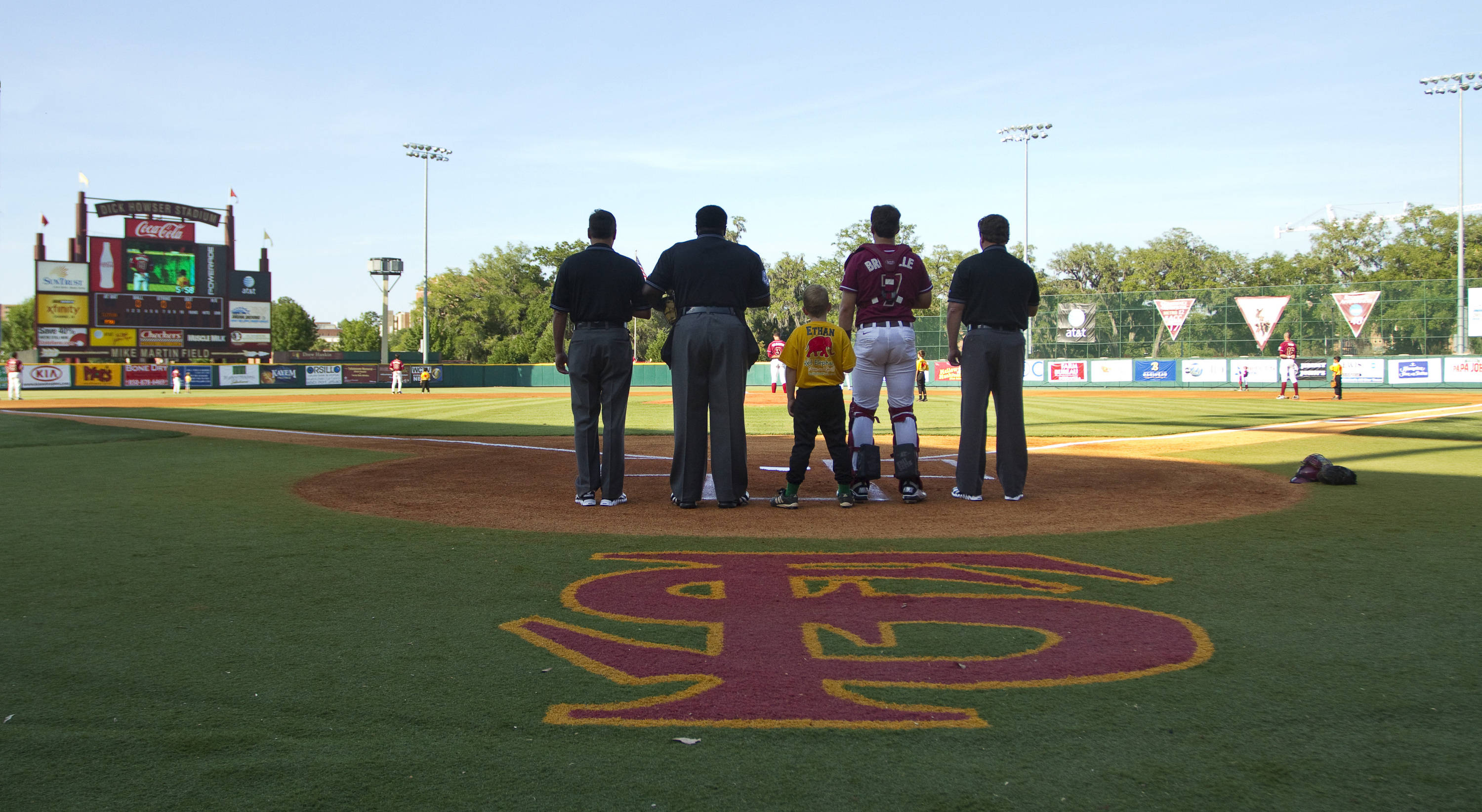 'Noles honor the flag during the playing of the national anthem.