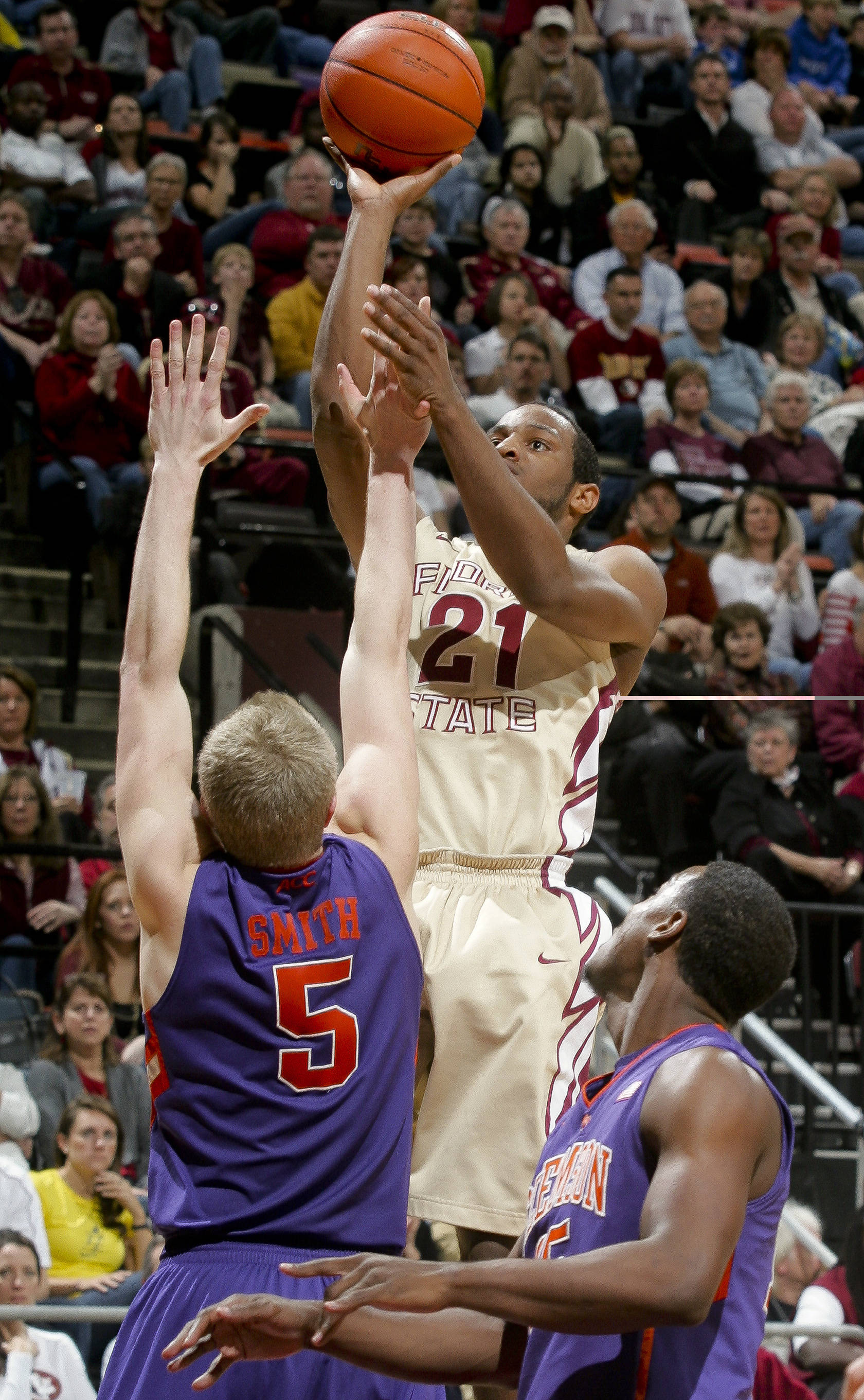 Florida State's Michael Snaer (21) shoots over Clemson's Tanner Smith (5) in the second half. (AP Photo/Phil Sears)