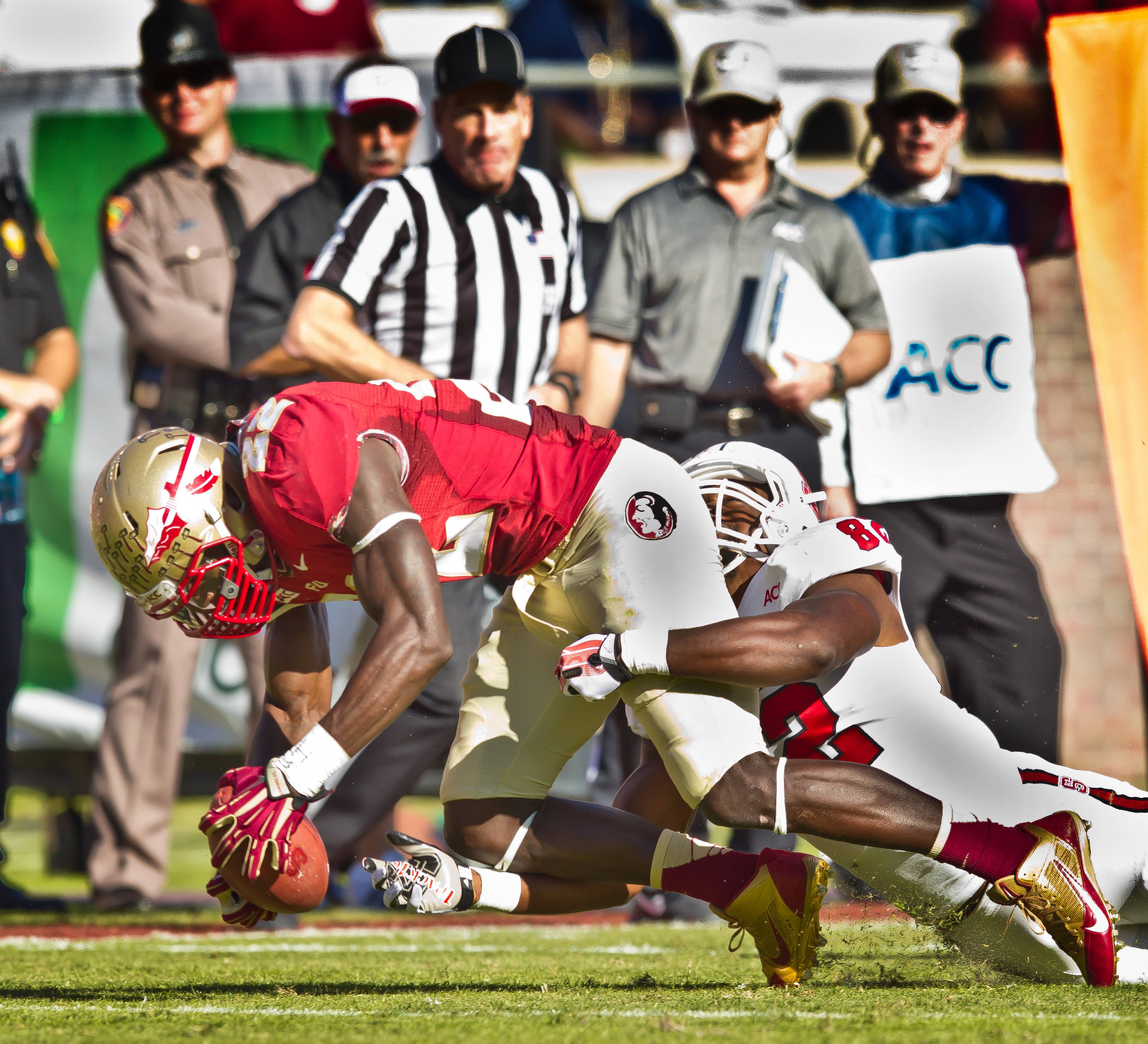 Telvin Smith (22) scoops up an N.C. State fumble.