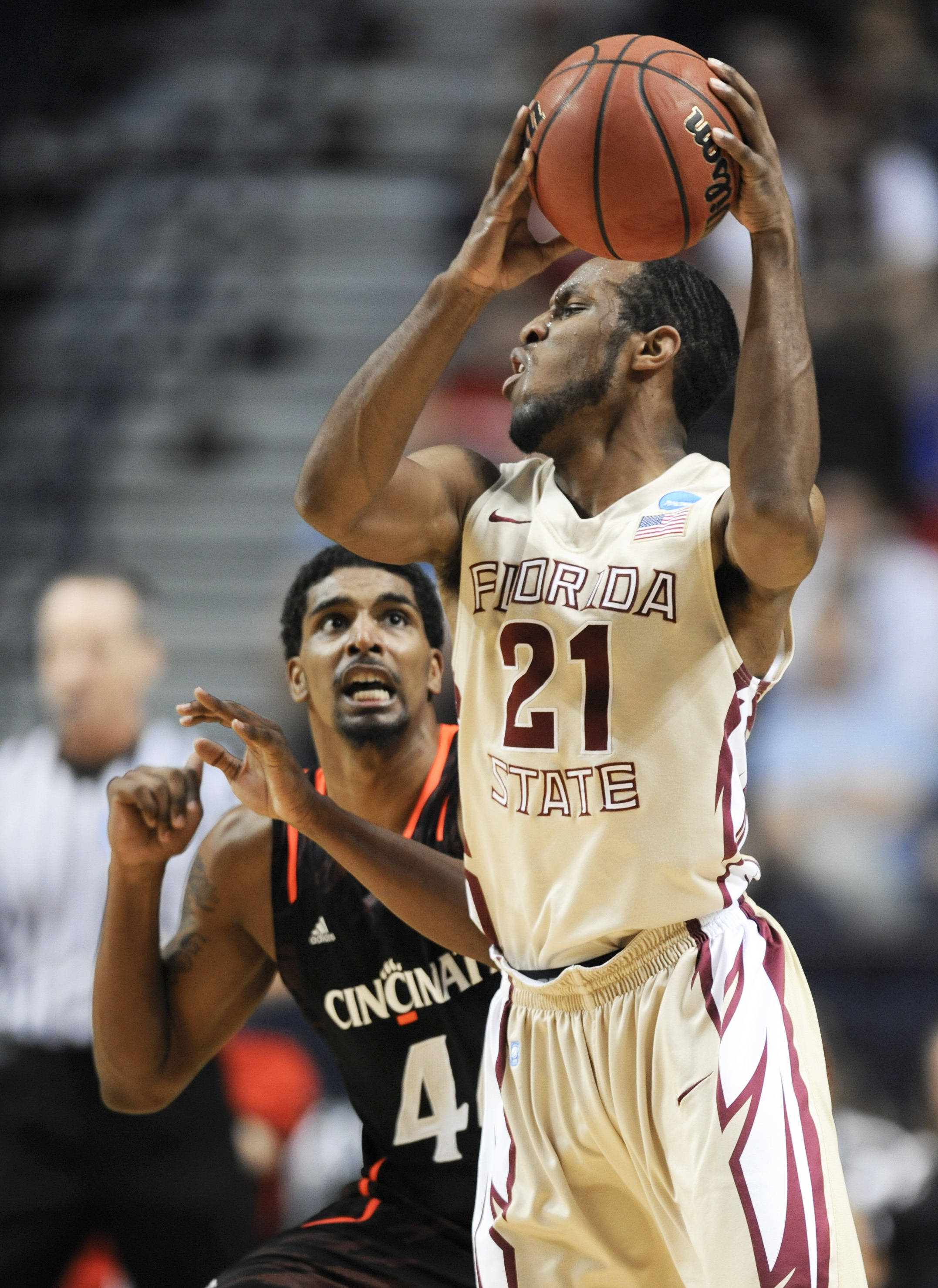 Florida State guard Michael Snaer (21) protects the ball from Cincinnati guard Jaquon Parker (44). (AP Photo/Donn Jones)