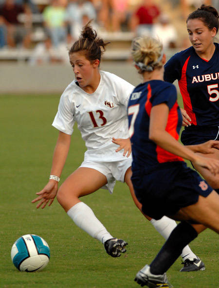 Amanda DaCosta plays a ball in between two Auburn players.