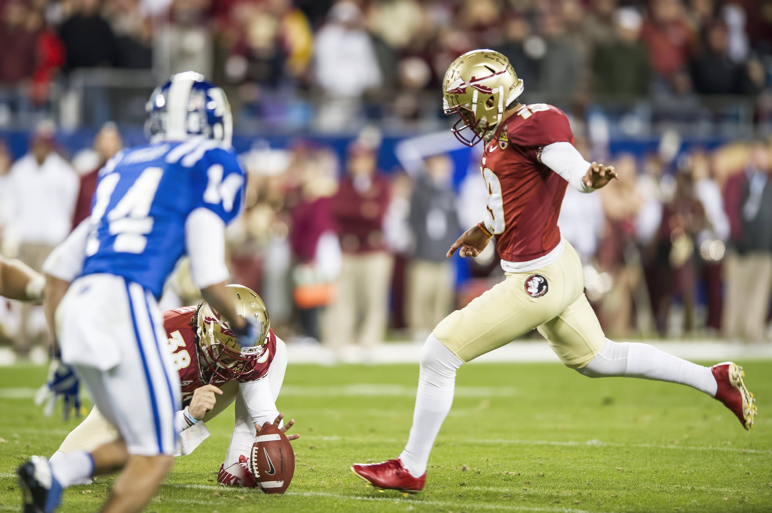 Roberto Aguayo makes good on the first of two field goals