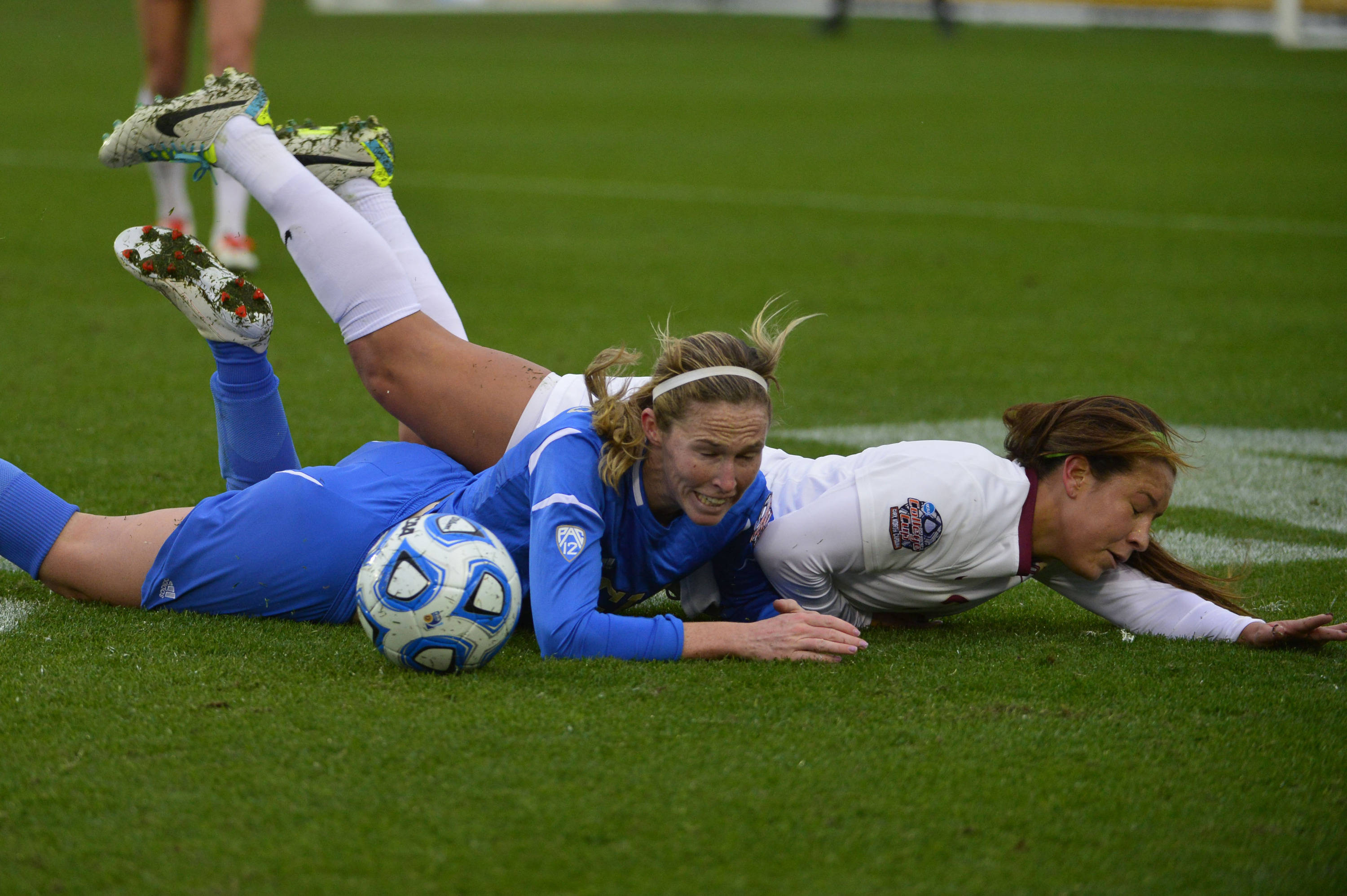 UCLA Bruins midfield/forward Jenna Richmond (7) and Florida State Seminoles midfielder Nickolette Driesse (3) fight for the ball. Mandatory Credit: Bob Donnan-USA TODAY Sports