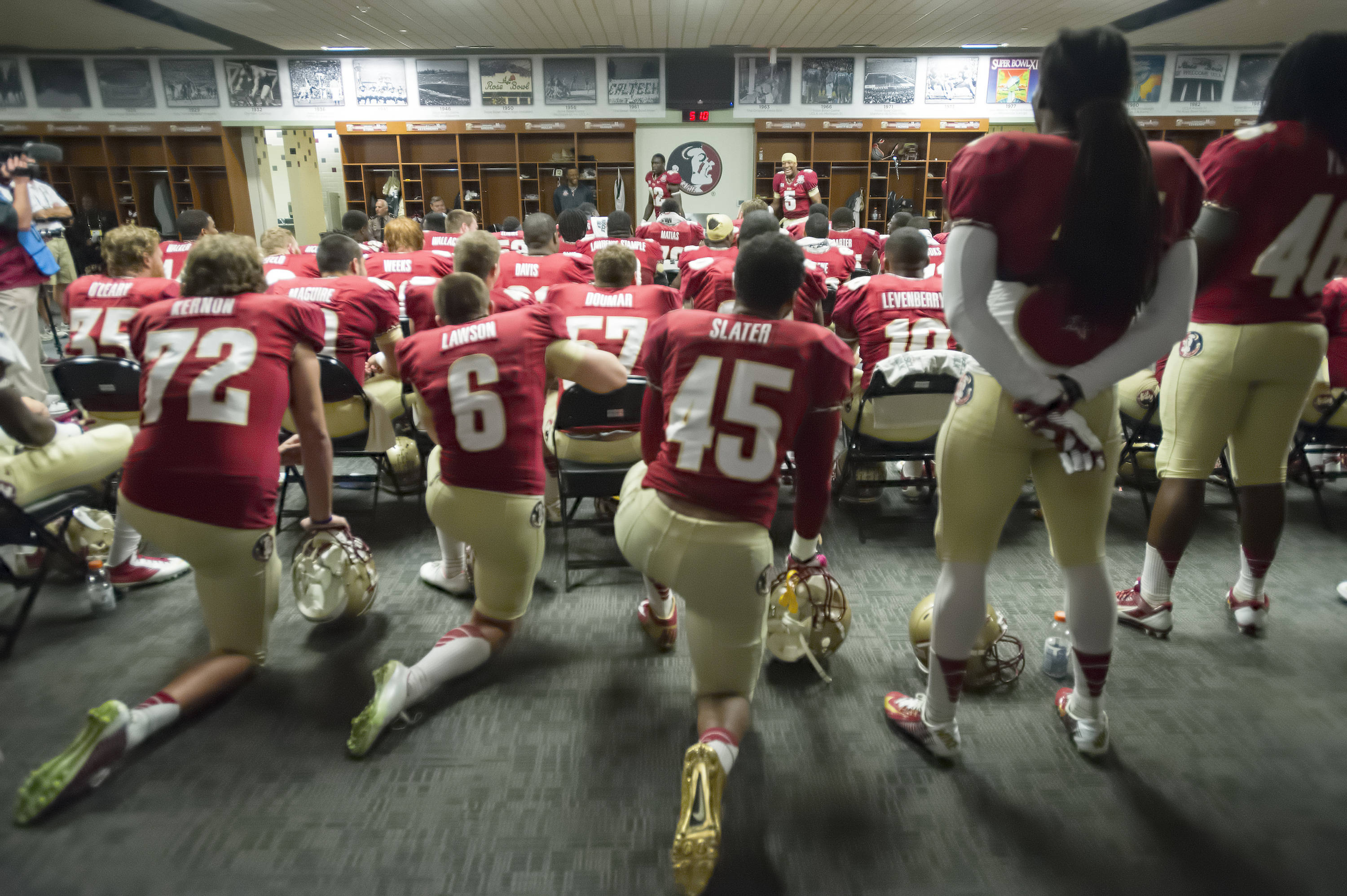 Telvin Smith and Jameis Winston give the team a pre-game pep talk