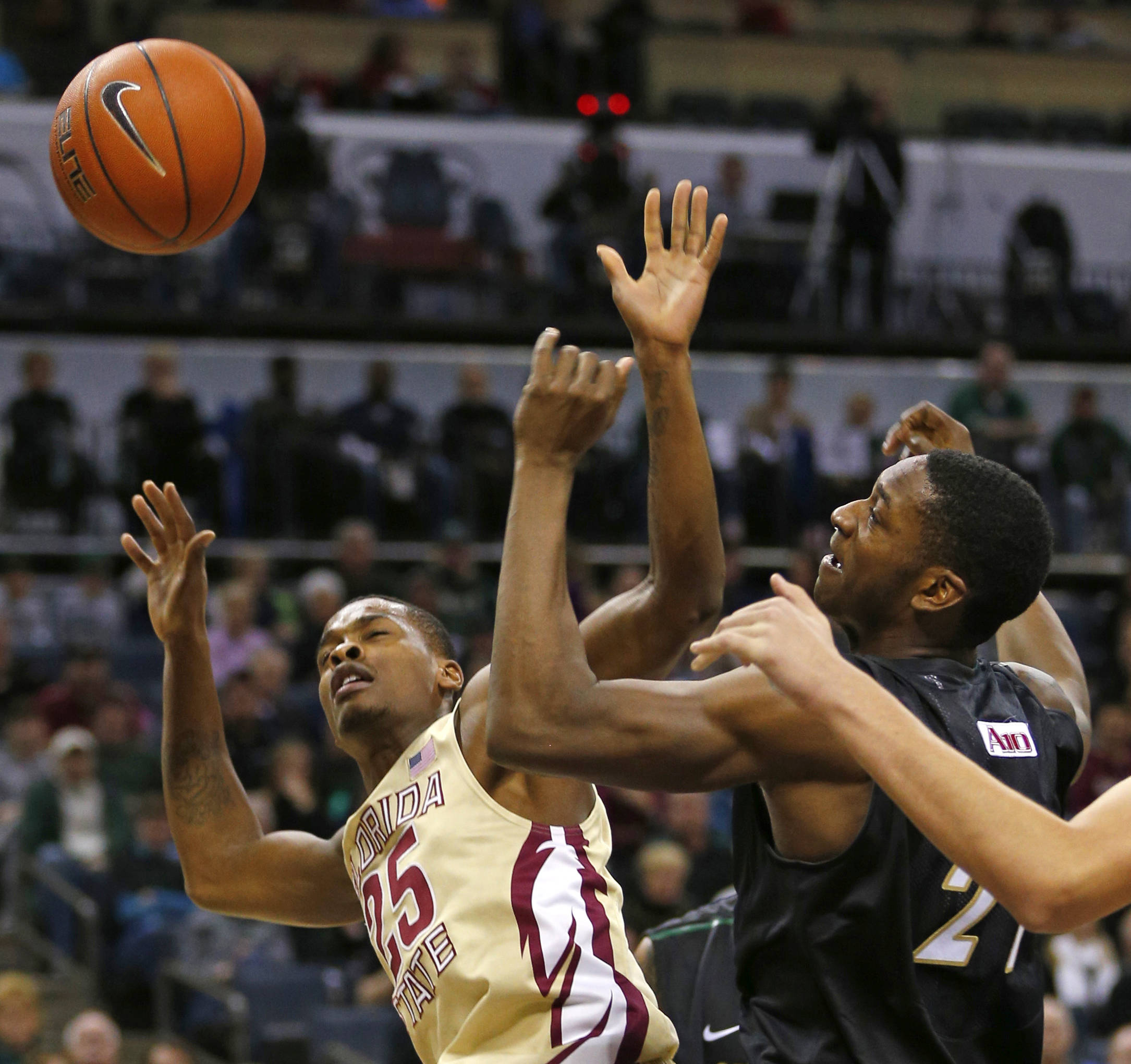Florida State's Aaron Thomas (25) and Charlotte's Willie Clayton (21) battles for a rebound during the first half. (AP Photo/Chuck Burton)