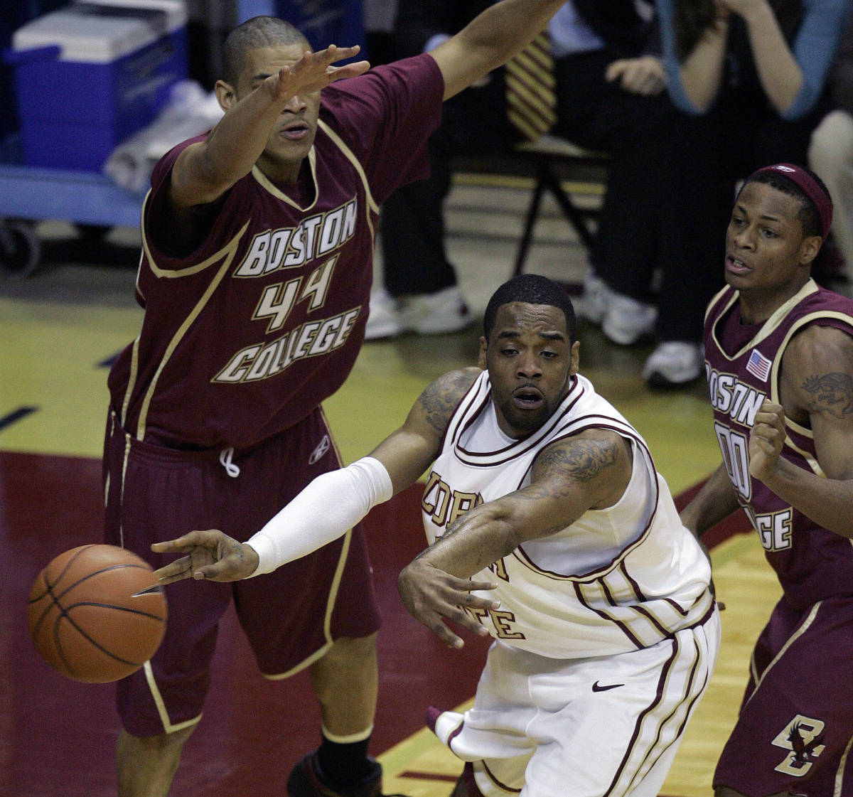 Florida State's Isaiah Swann, center, passes to a teammate during the first half of a college basketball game as Boston College's Tyrelle Blair, left, and Marquez Haynes, right, attempt to defend, Sunday, Feb. 11, 2007, in Tallahassee, Fla.(AP Photo/Phil Coale)