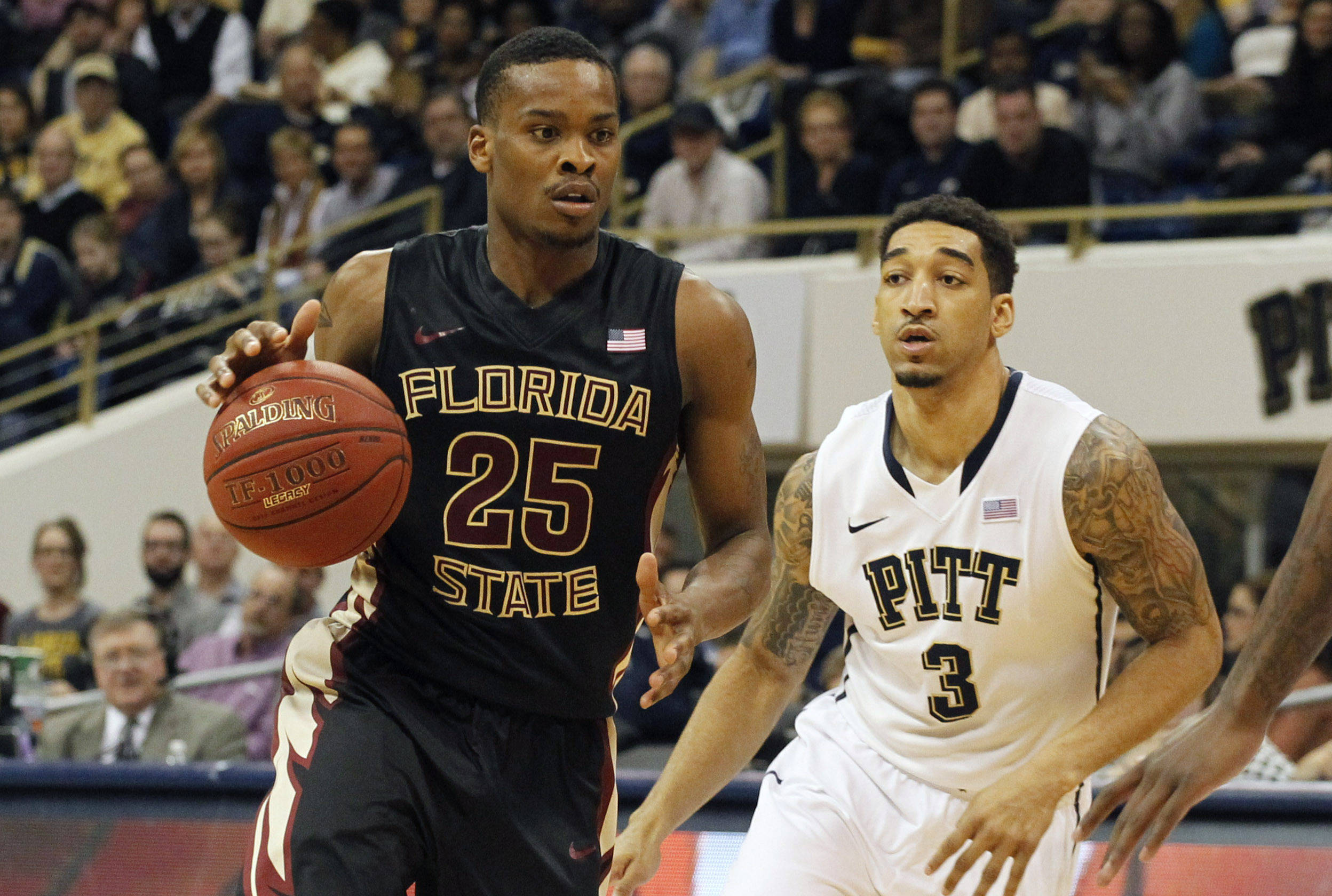 Florida State Seminoles guard Aaron Thomas (25) handles the ball against Pittsburgh Panthers guard Cameron Wright (3). (Charles LeClaire-USA TODAY Sports)