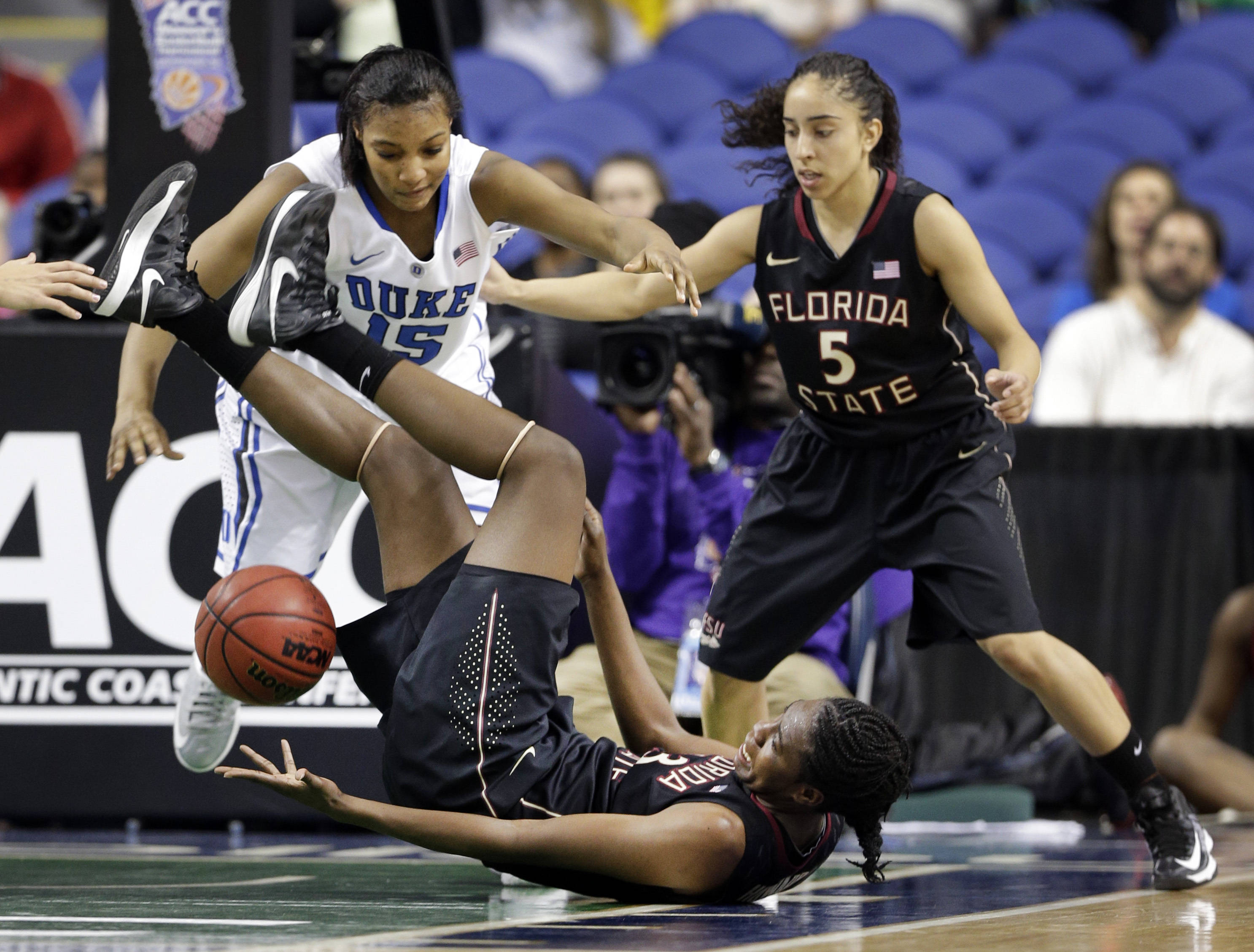 Florida State's Natasha Howard (33) loses the ball as Yashira Delgado (5) and Duke's Richa Jackson (15) close in. (AP Photo/Chuck Burton)