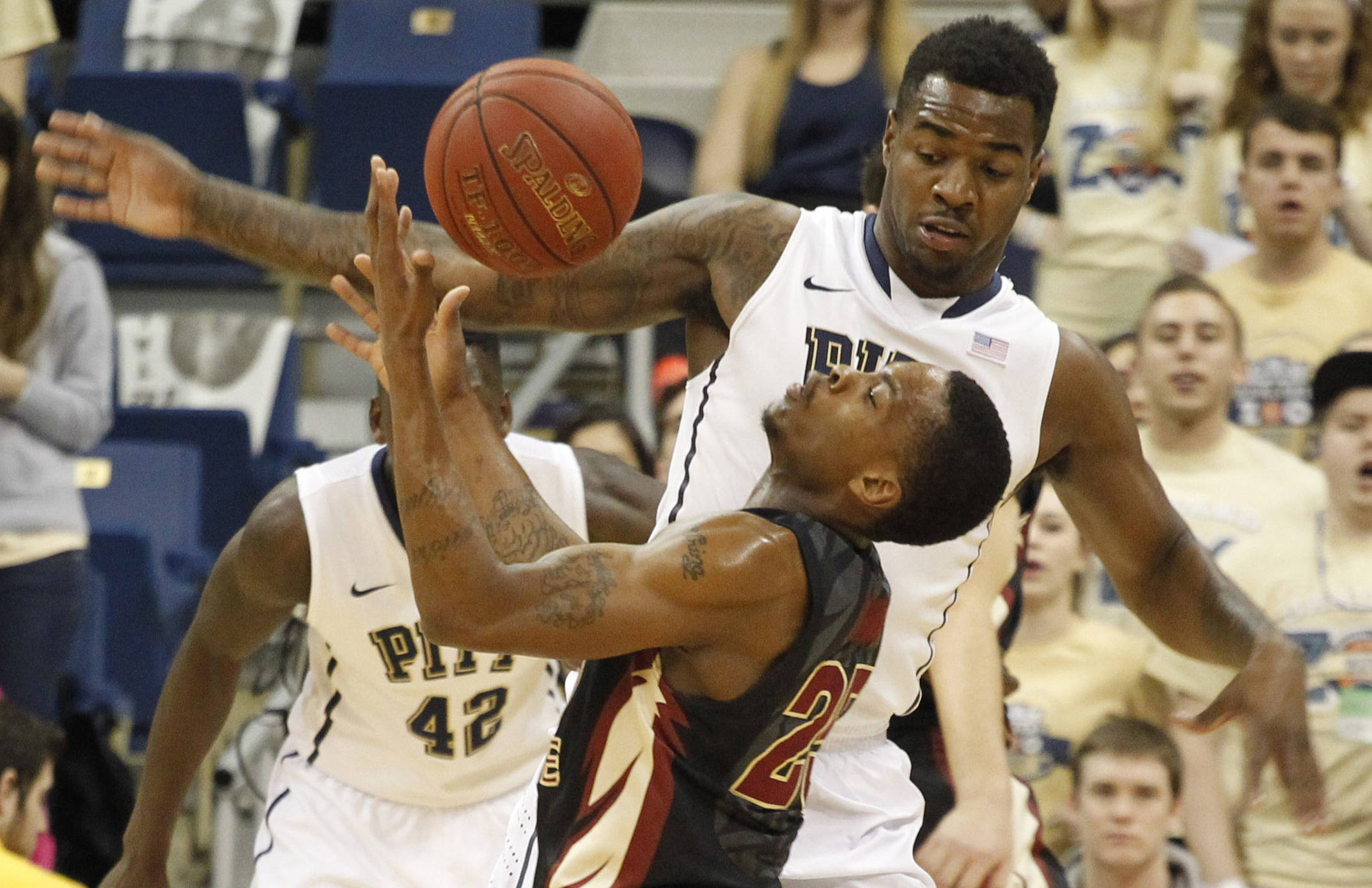 Florida State Seminoles guard Aaron Thomas (25) battles for the ball with Pittsburgh Panthers forward Michael Young (rear) during the first half. (Charles LeClaire-USA TODAY Sports)