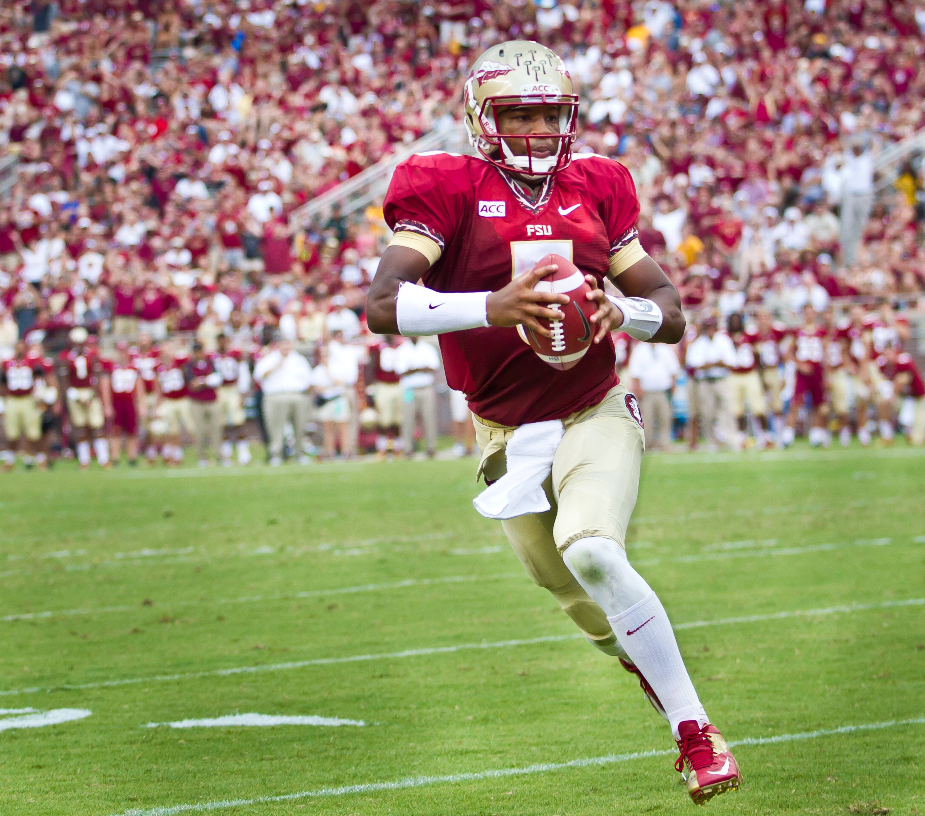 Jameis Winston (5) on a TD run.