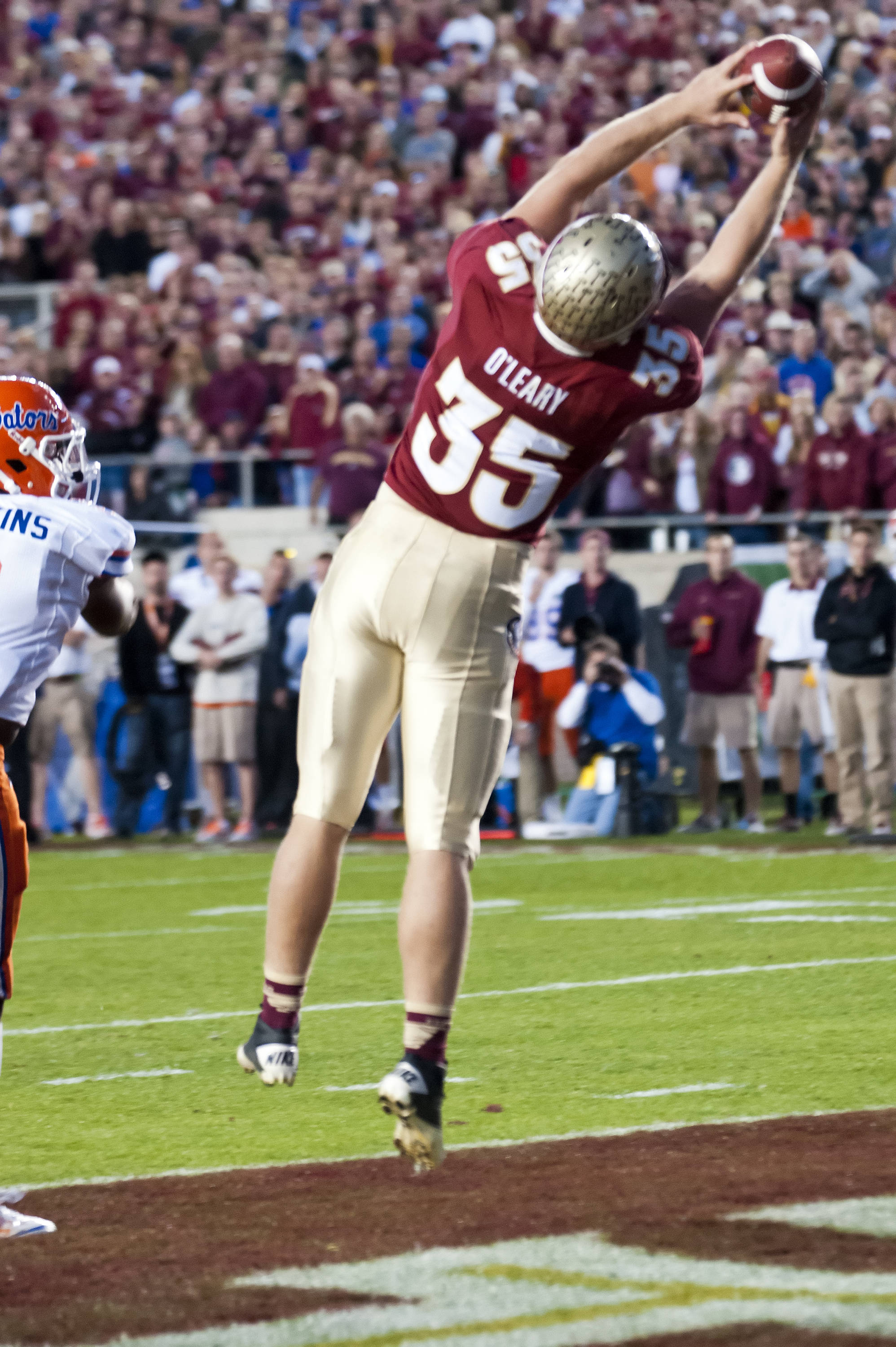Nick O'Leary (35) makes a catch in the end zone for an FSU TD