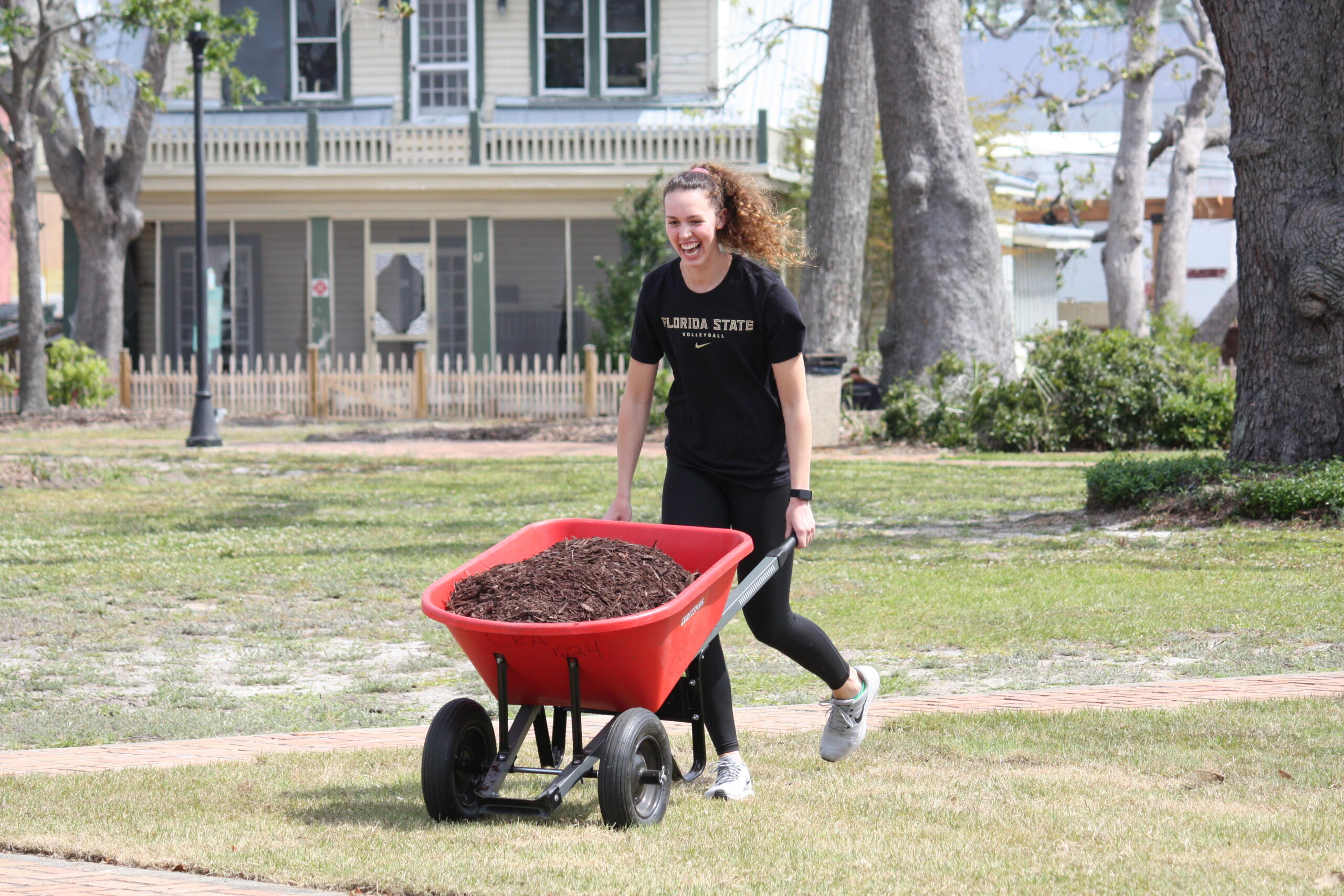 Photos: Student-Athletes Clean Up Panama City
